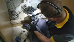 Foto de un técnico haciendo una fusión de fibra óptica